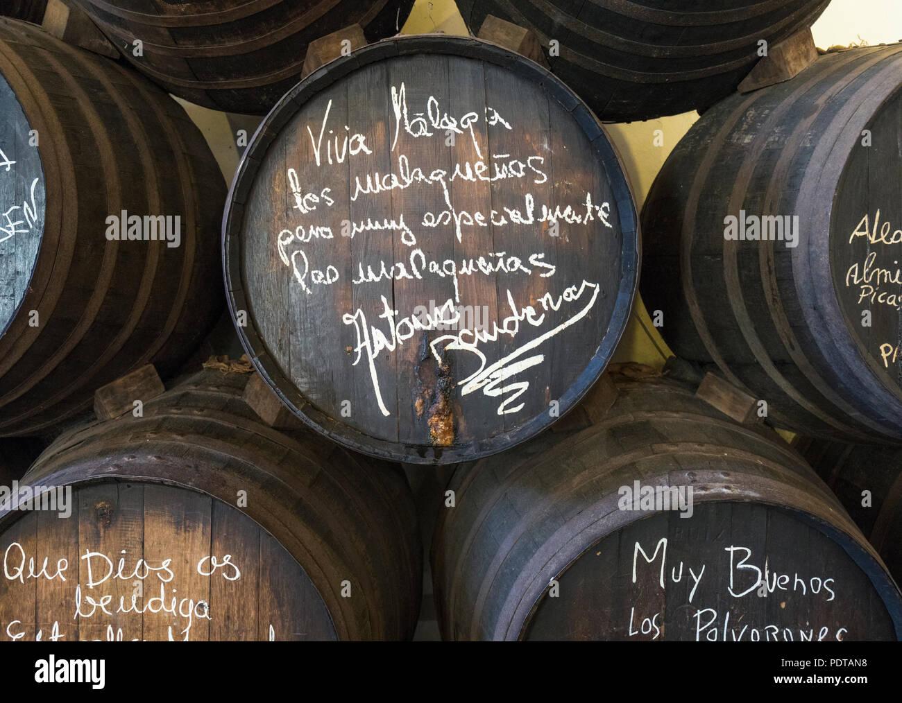 Malaga, Costa del Sol, Provinz Malaga, Andalusien, Südspanien. Alten Weinfass in Bar El Pimpi mit Beschriftung und Unterschrift von Malaga - geborener Schauspieler Stockbild