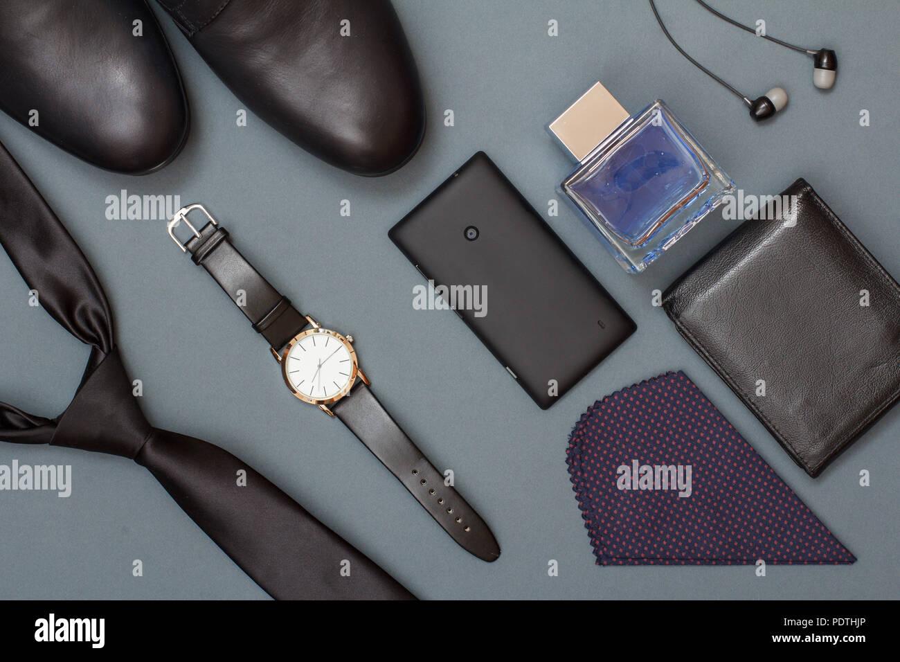 775bd5c856dd8 schwarze-krawatte-schuhe-fur-herren-uhr-mit -lederarmband-mobiltelefon-taschentuch-leder -geldborse-koln-fur-manner-und-kopfhorer-auf-grauem-hintergrund-ac- ...