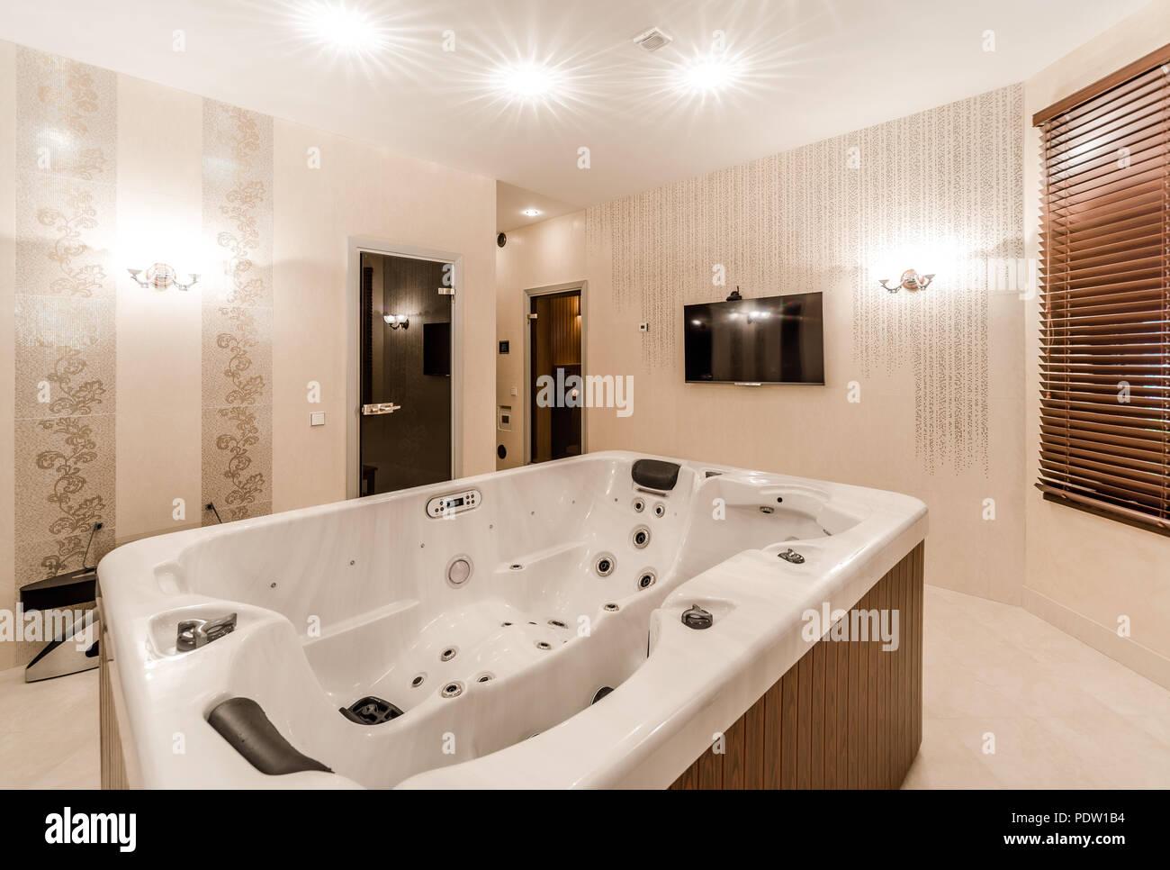 Innenraum der modernen Badezimmer mit Jacuzzi Stockfotografie - Alamy