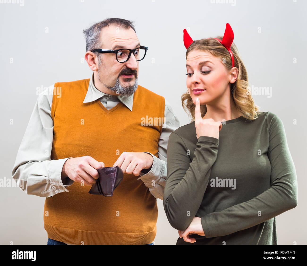 Nerdy Mann ist unsicher, er denkt seine Frau Liebe mehr ihn oder sein Geld. Stockbild