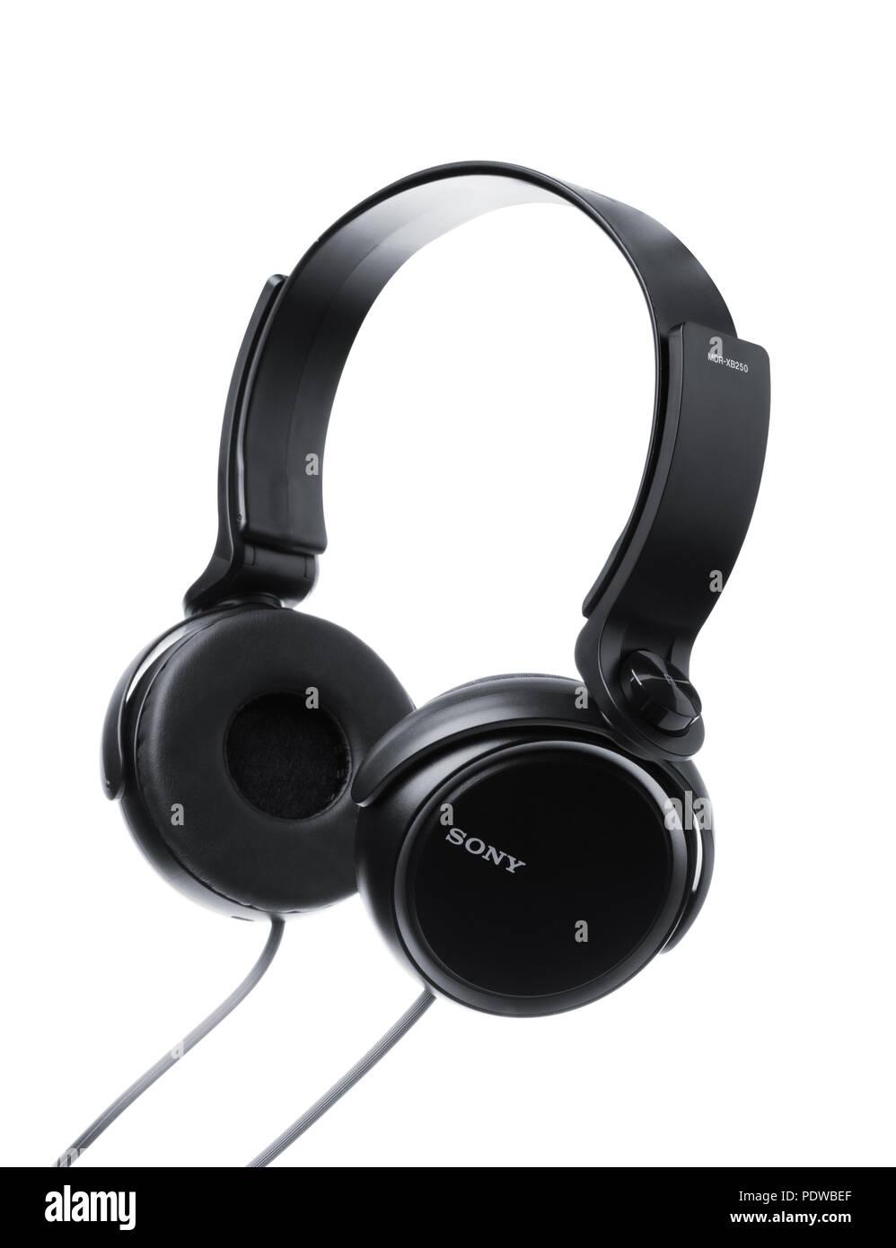SAMARA, Russland - Januar 6, 2018: Schwarz Sony Kopfhörer auf weißem Hintergrund isoliert, illustrative Editorial Stockbild
