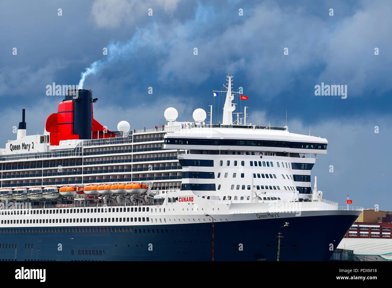 Southampton, Großbritannien, 10. Aug 2018. Der cunard Flaggschiff und eine wahre Ocean Liner Queen Mary 2, Dampf an den Southampton Docks für Ihre Abreise zusammen mit Schwester Schiffe der Cunard Line Queen Victoria und Elizabeth 2 (QE2). Credit Gary Blake/Alamy Live Stockbild