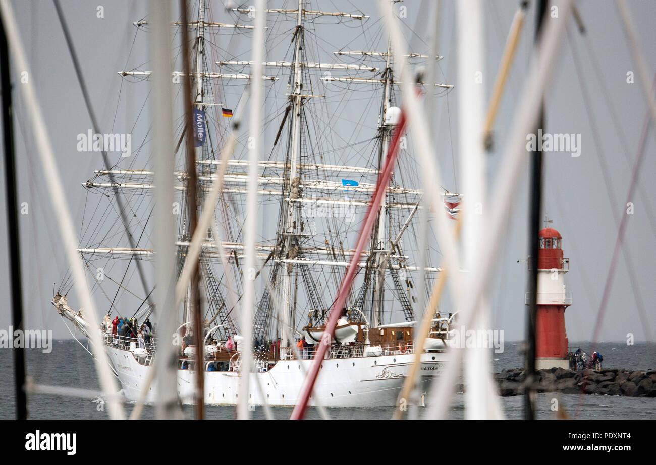 Schiff Unter Vollen Segeln Stockfotos & Schiff Unter Vollen Segeln ...