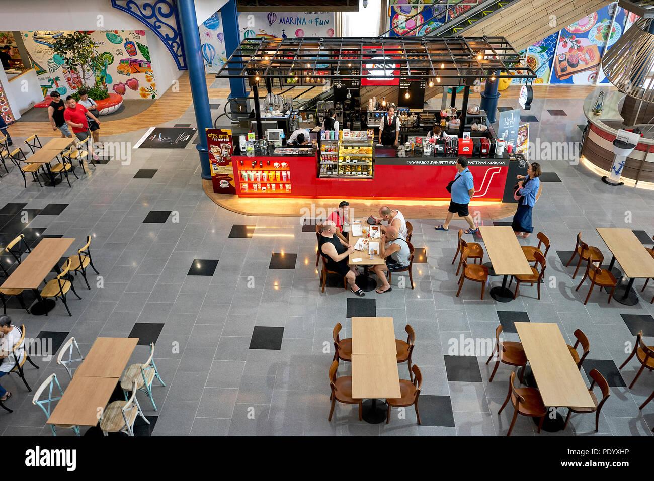 Ansicht des Restaurant Essbereich in einem Thailand Shopping Mall. Diners von oben. Südostasien. Stockfoto