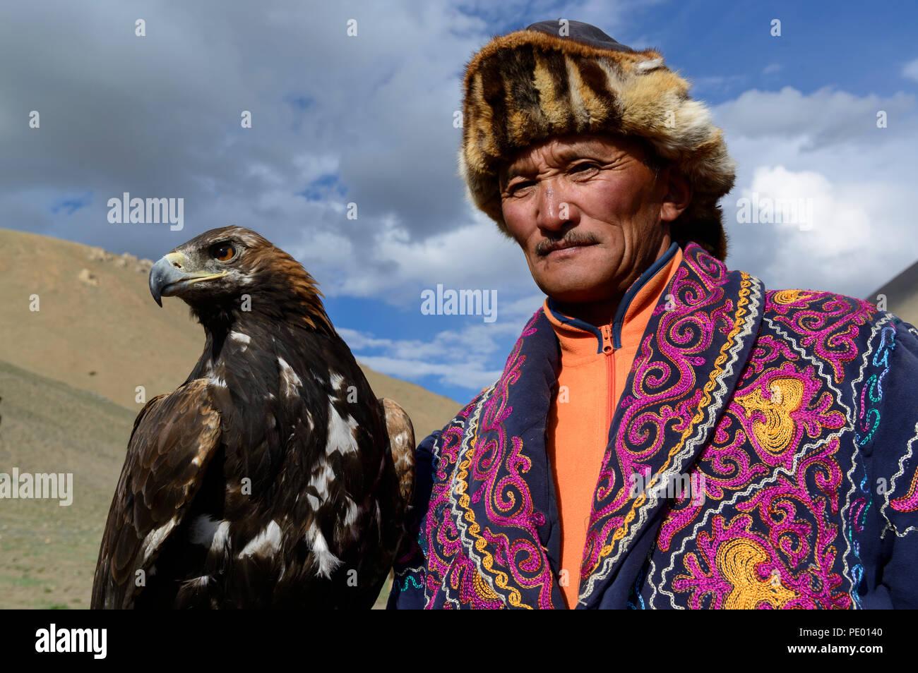 Eine kasachische eagle Jäger mit seinem goldenen Adler in Bayan-Olgii, Mongolei. Stockbild