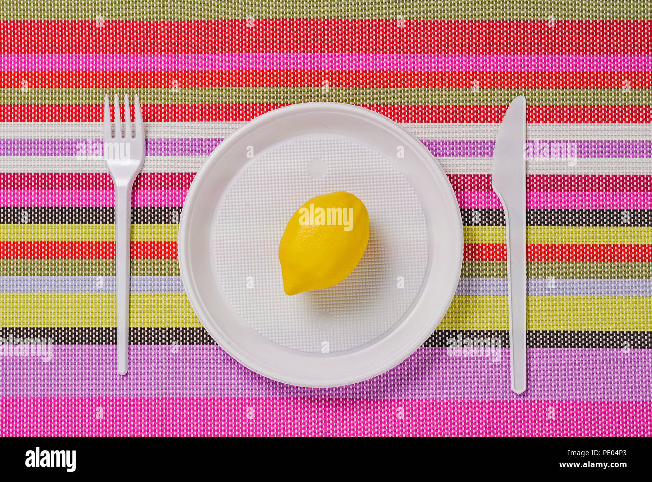 Kunststoff Weiss Geschirr Teller Gabel Und Messer Auf Eine Farbige