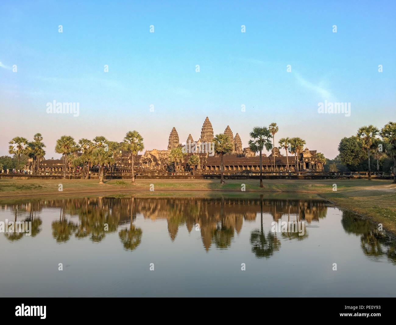 Angkor Wat, Khmer Architektur und das Welterbe in Siem Reap Kambodscha mit Wasser spiegeln bei Sonnenuntergang Stockbild