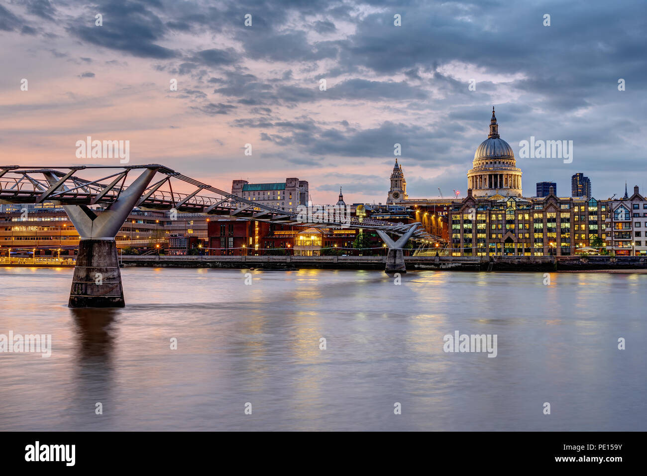 Die Millennium Bridge und St. Paul's Cathedral in London, UK, bei Sonnenuntergang Stockbild