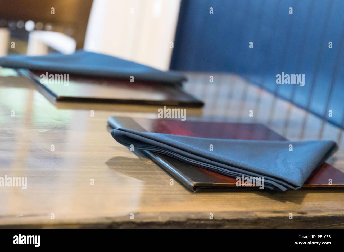 Serviette und Menü Buch über Holz- Hintergrund Stockfoto
