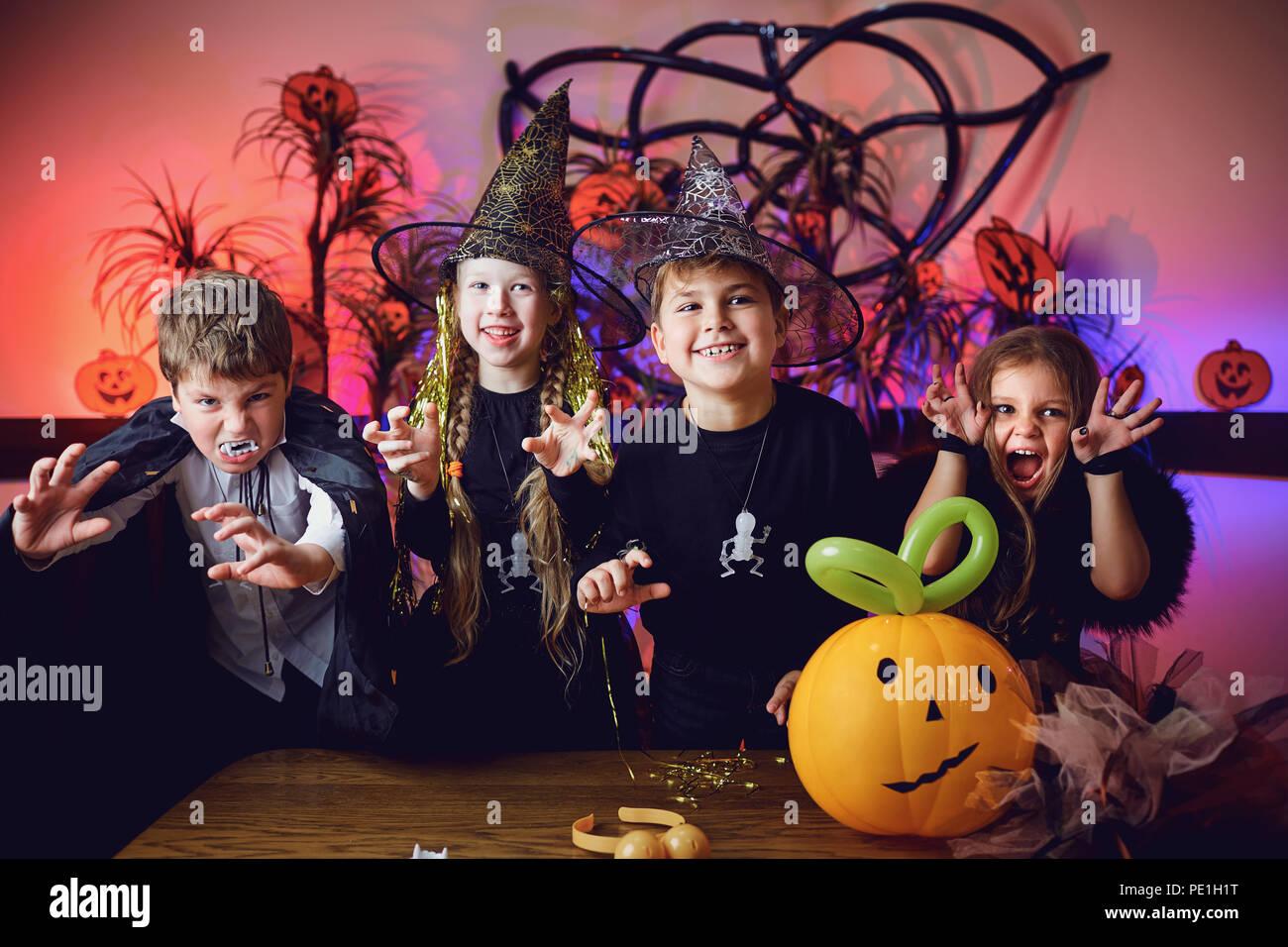Halloween Gruppo.Eine Gruppe Kinder In Kostumen Auf Einer Halloween Urlaub Stockfoto