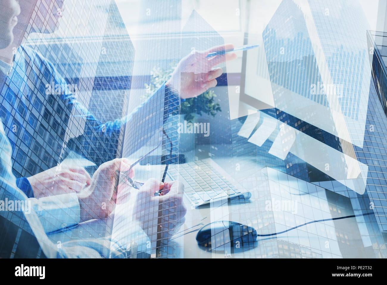Unternehmen und Innovation Technologie, Brainstorming oder Zusammenarbeit Konzept, Double Exposure der Teamarbeit in modernen Büro Stockbild