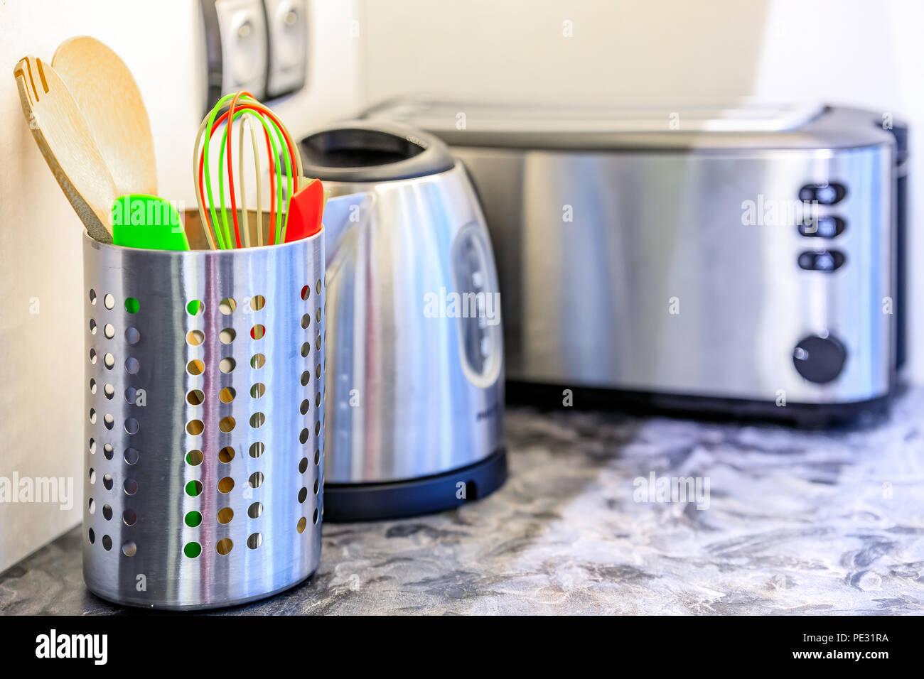 Bunte Küche Werkzeuge und Küchengeräte aus Edelstahl in einem ...