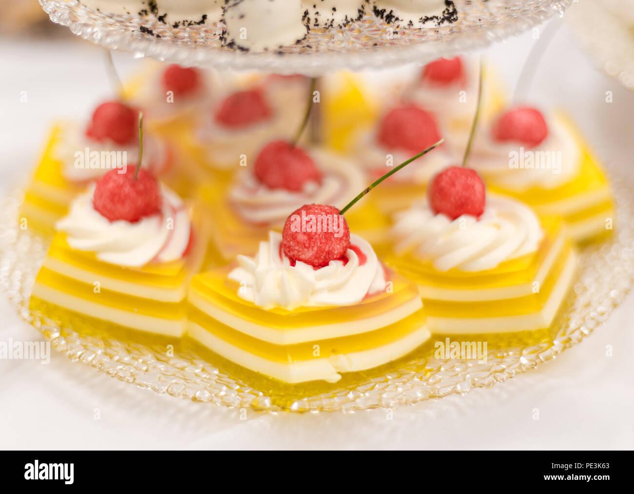 Zitrone Wackelpudding Kuchen Mit Schlagsahne Und Himbeer Bonbon