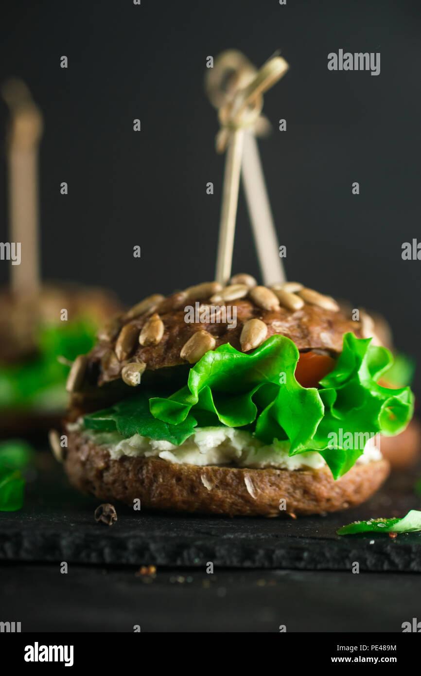 Grüne Sandwich mit Salat, Tomaten, Gurken und Frischkäse auf Beton. Stockbild