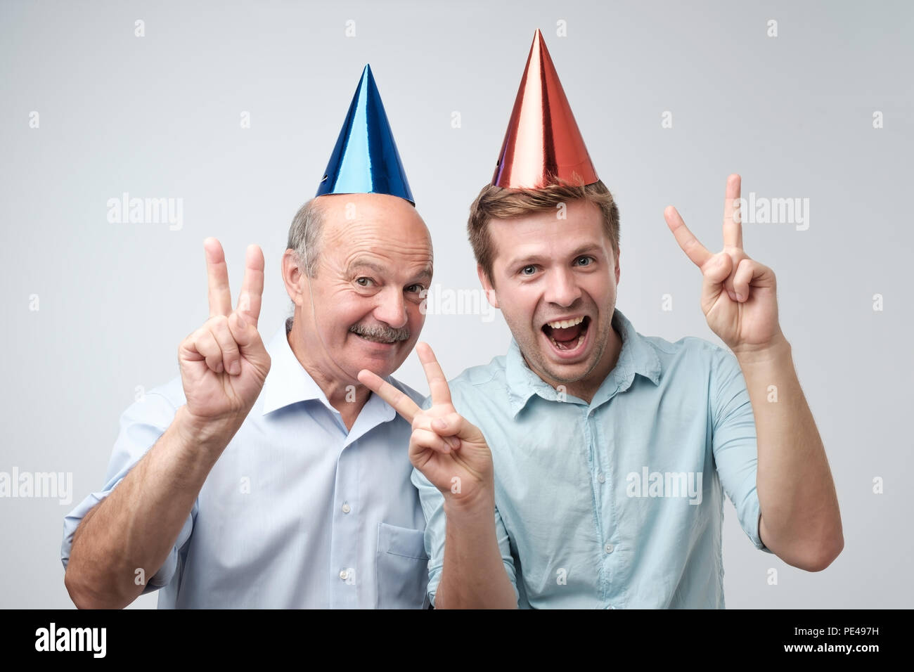 Reifer Mann Und Seinem Jungen Sohn Feiert Geburtstag Lustige Kappen
