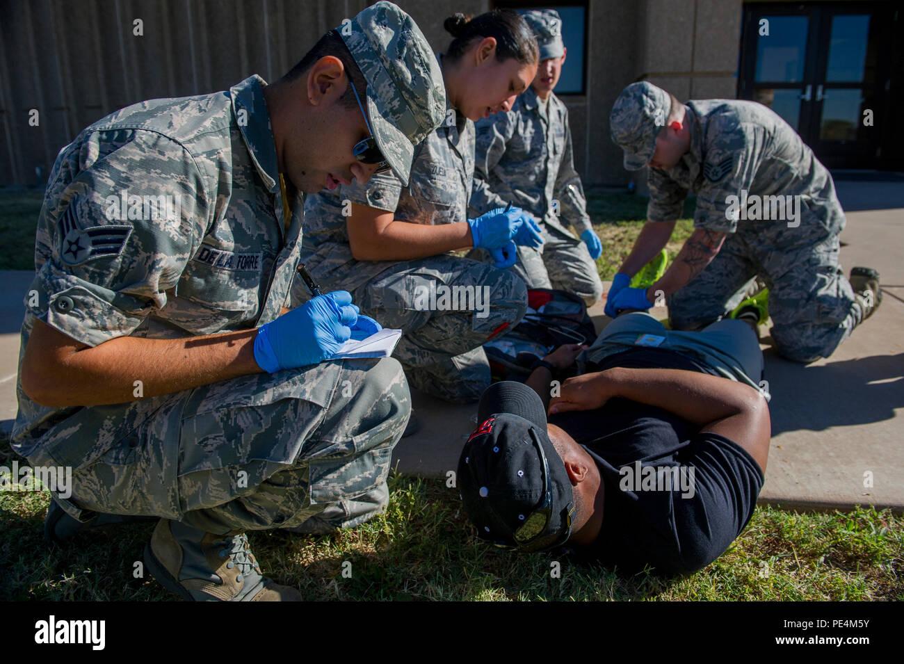Us Air Force Notfallmediziner aus Holloman Air Force Base, N.M., führen Sie einen Hundebiss Szenario während der Emt Rodeo übung Sept. 18, 2015, Cannon Air Force Base, NM. 21 Teams der Elite EMTs von 22 Anlagen in der gesamten Luftwaffe an der Kanone für vier Tage von innovativen, high-octane Wettbewerb Sept. 16-19 einberufen. In der gesamten Rodeo Teams waren verpflichtet, die lifesaving Mission unter den kritischen Augen von Sachverständigen durchzuführen, zeigt präzise Technik und effektive Umsetzung. (U.S. Air Force Foto/Master Sgt. Dennis Henry jr.) Stockfoto