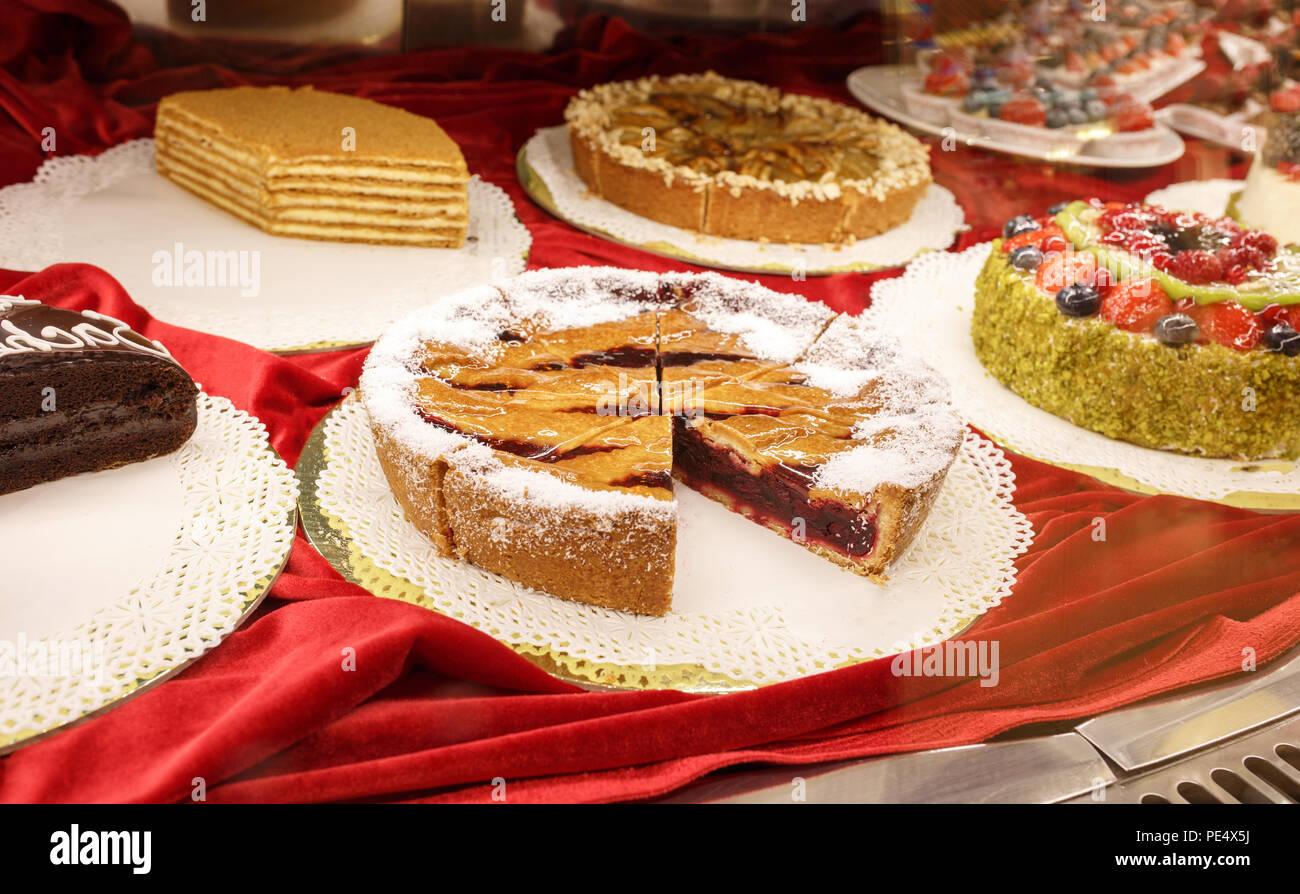 Verschiedene Bunte Leckere Schone Kuchen Auf Einer Show Fenster In