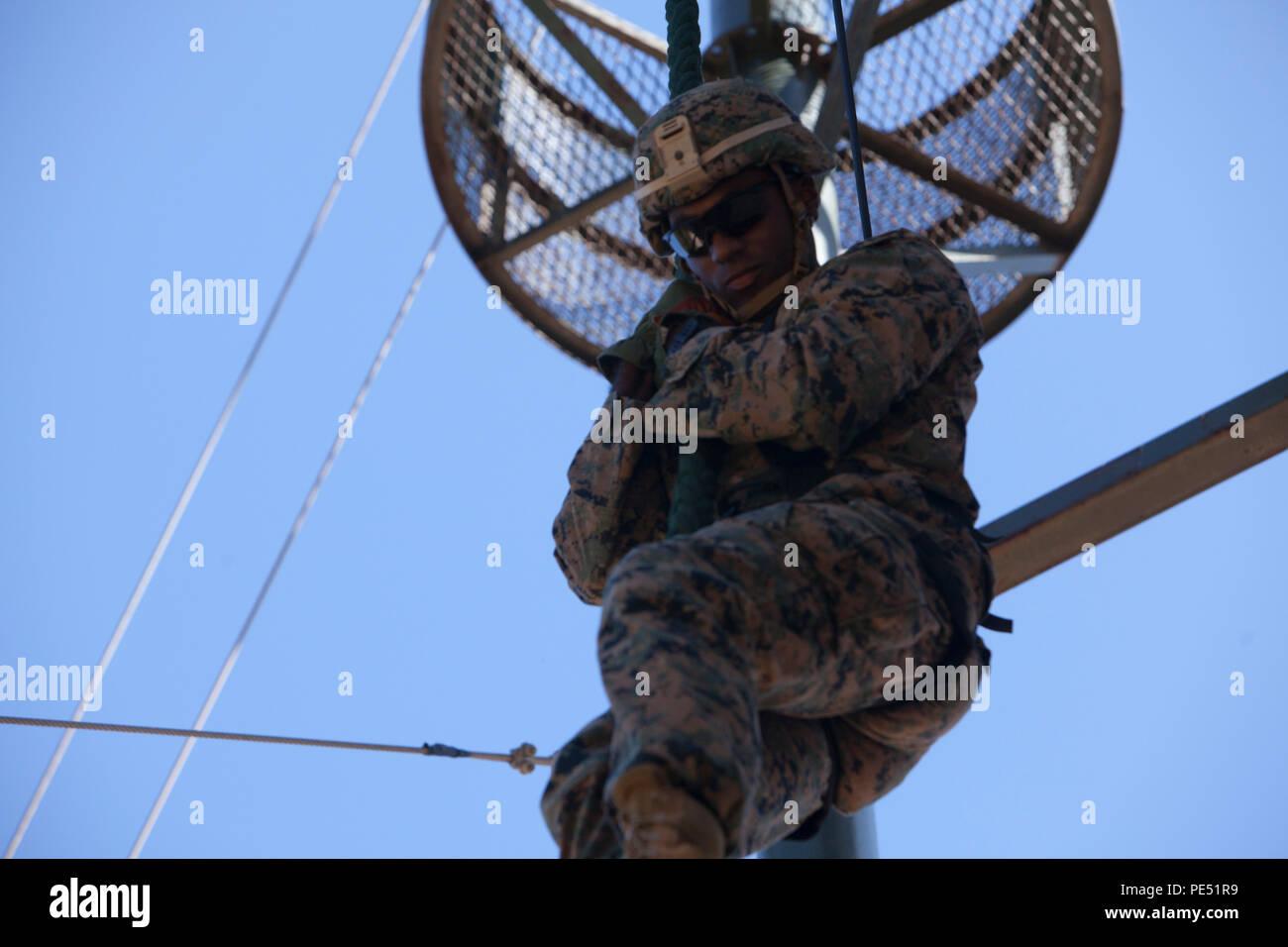Cpl. Korey R.Newman rappels aus einem Turm an Baengnyeongdo, der Republik Korea, Sept. 6, 2015. Marines durchgeführt Ranger Training vertikale Hindernisse als Teil der Koreanische Marine Austauschprogramm 15-13, ein bilaterales Training übung, dass die ROK und die US-amerikanische Allianz steigert zu überwinden, fördert die Stabilität auf der koreanischen Halbinsel, und stärkt die ROK und US-amerikanischen militärischen Fähigkeiten und die Interoperabilität. Newman, aus Brooklyn, New York, ist der 2. Squad Leader für 2 Platoon, Echo, 2. Bataillon, derzeit 4. Marine Regiment zugeordnet, 3rd Marine Division, III Marine Expeditionary Force unter Stockbild