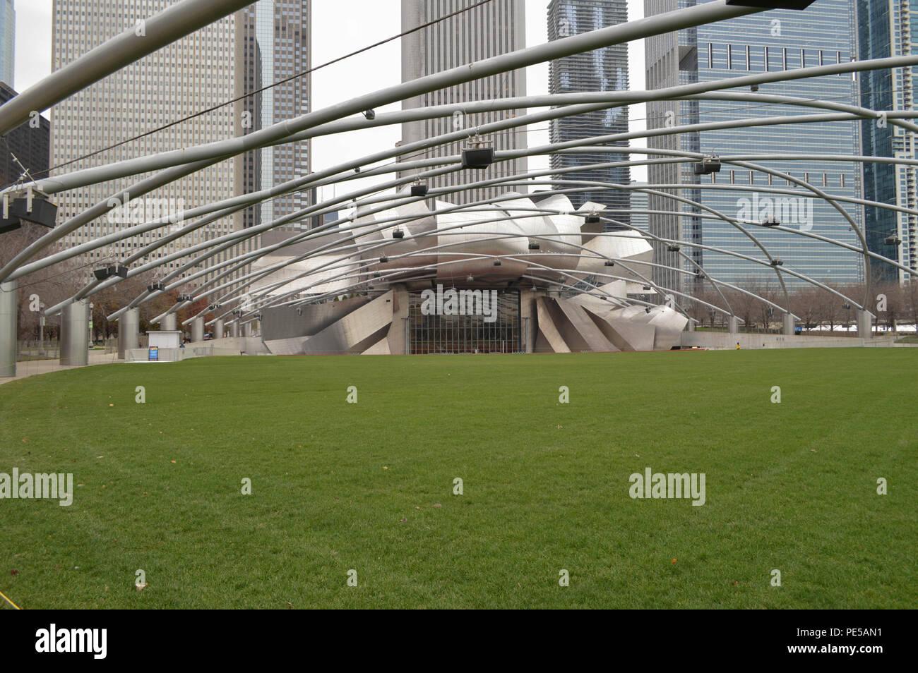 In der Nähe der Fotografie bis zu zeitgenössischen Architektur Design Jay Pritzker Pavilion Millennium Park Veranstaltungsort Innenstadt Gebäude Chicago Park Stockbild