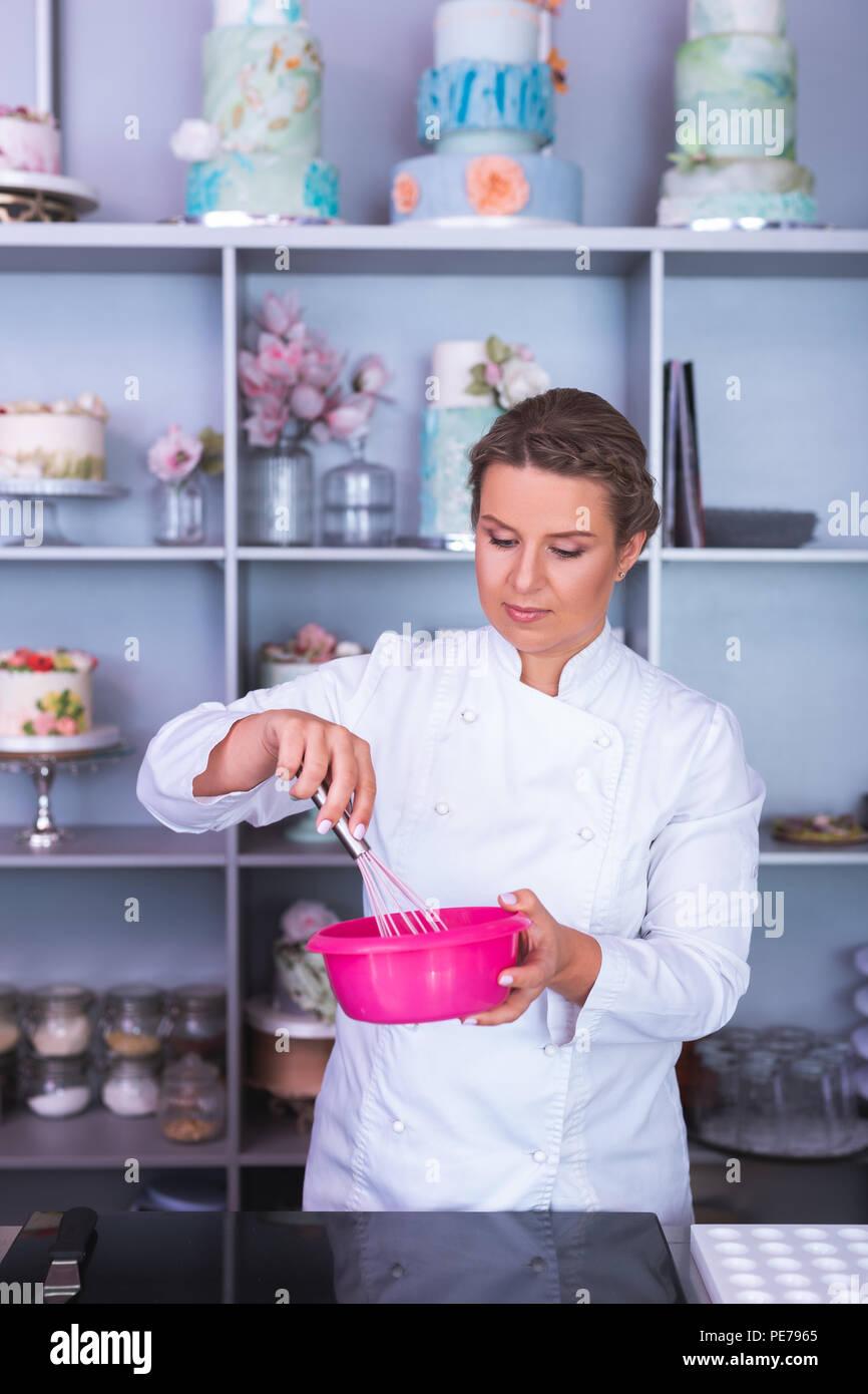 Professionelle Bäcker schlagen bis weiße Eier zum kochen Dessert Stockbild