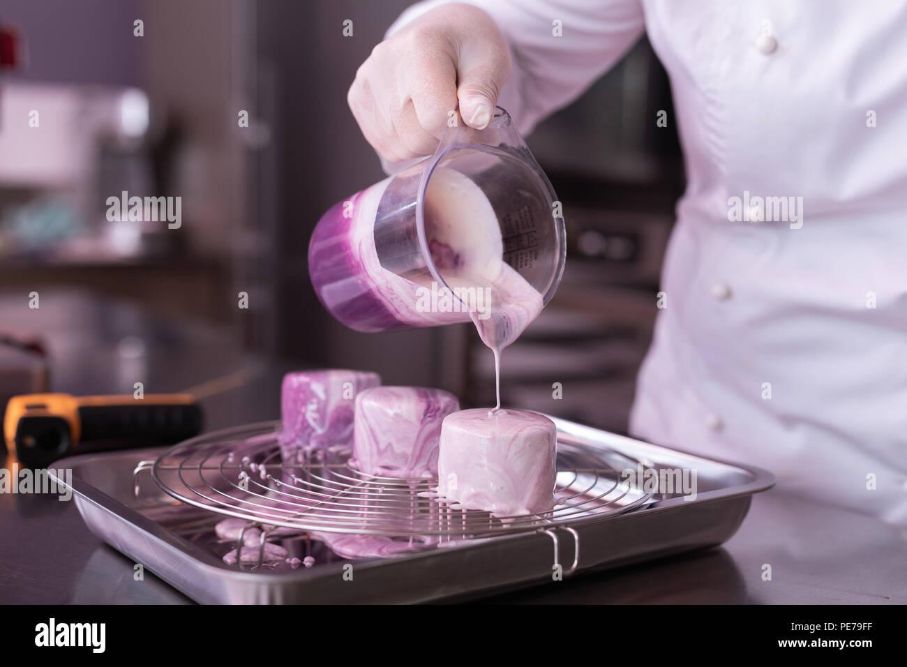 Baker tragen weiße Jacke kochen wenig Obst Kuchen Stockbild