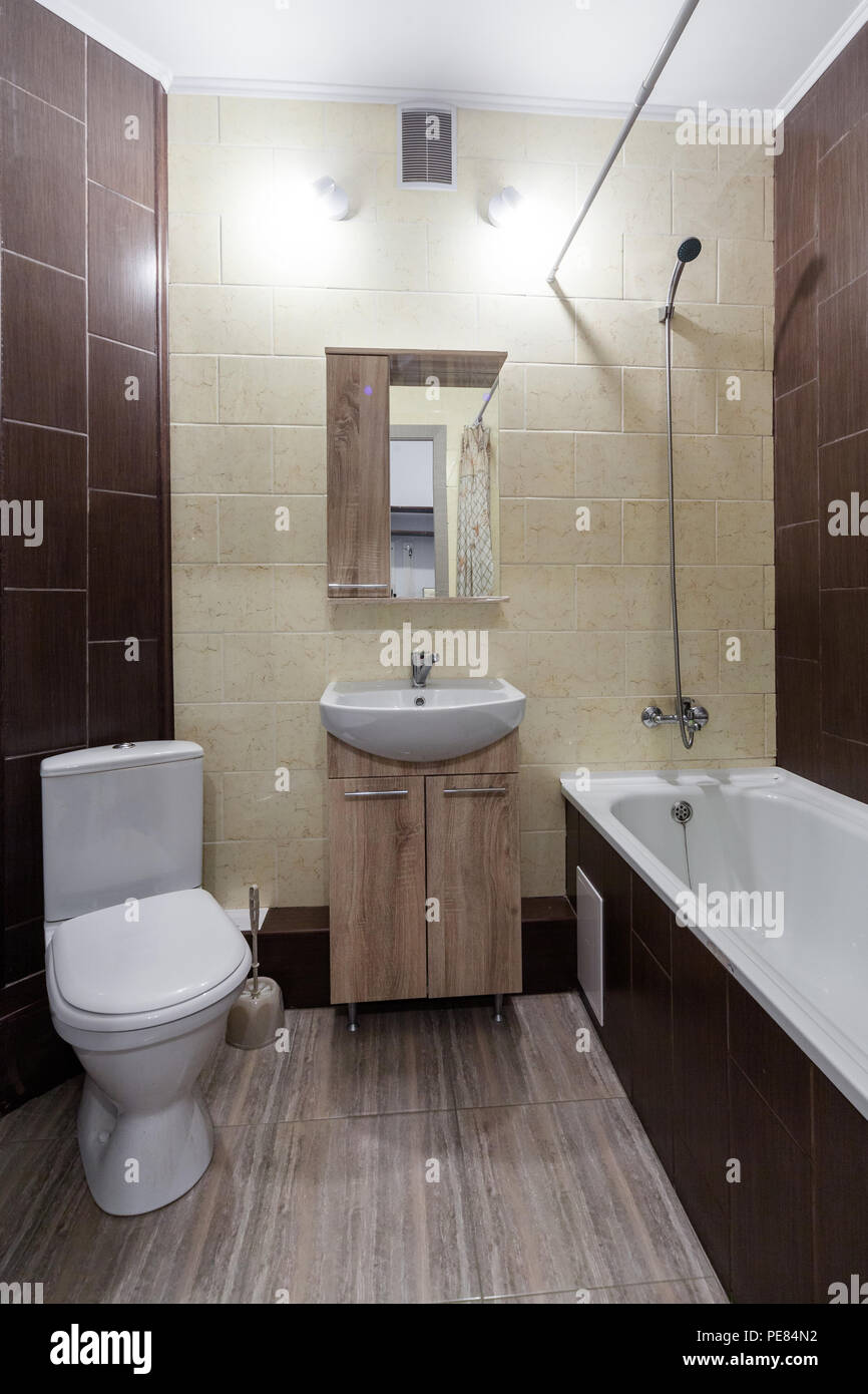 Moderne Holz- kleine Toilette mit Waschbecken Stockfoto ...