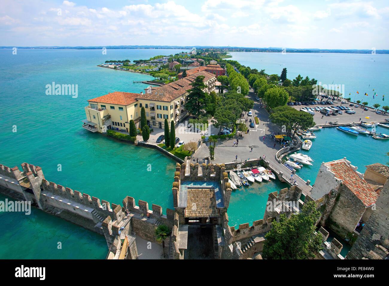 Blick von Scaliger Burg auf den Hafen und die Altstadt von Sirmione, Gardasee, Lombardei, Italien Stockfoto