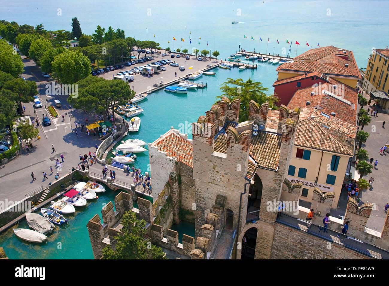 Blick von Scaliger Burg auf den Hafen und die Altstadt von Sirmione, Gardasee, Lombardei, Italien Stockbild