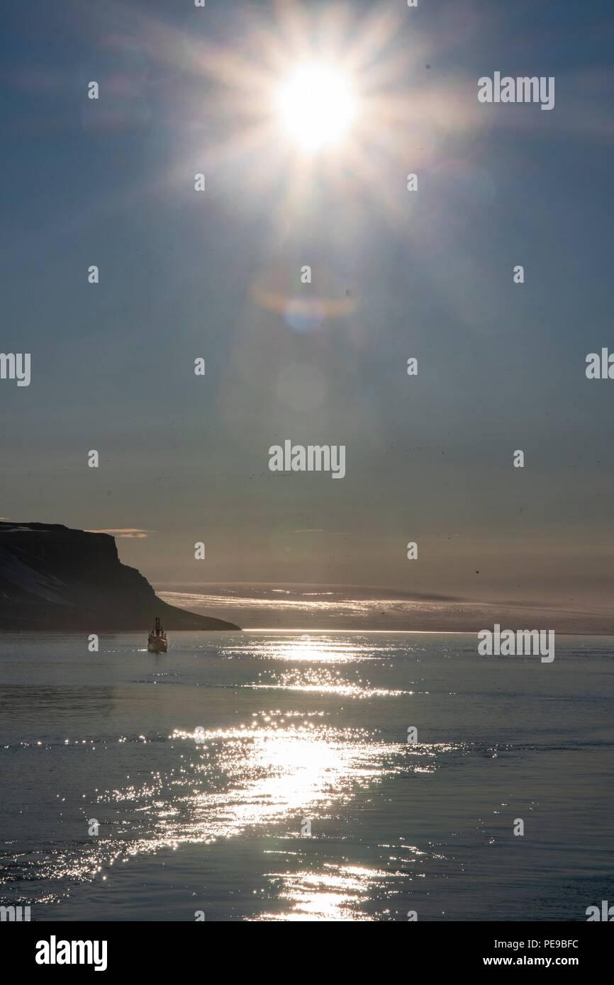 Von der Rückseite des Schiffes um Mitternacht im Arktischen Meer, wo die Sonne nie untergeht. Stockbild