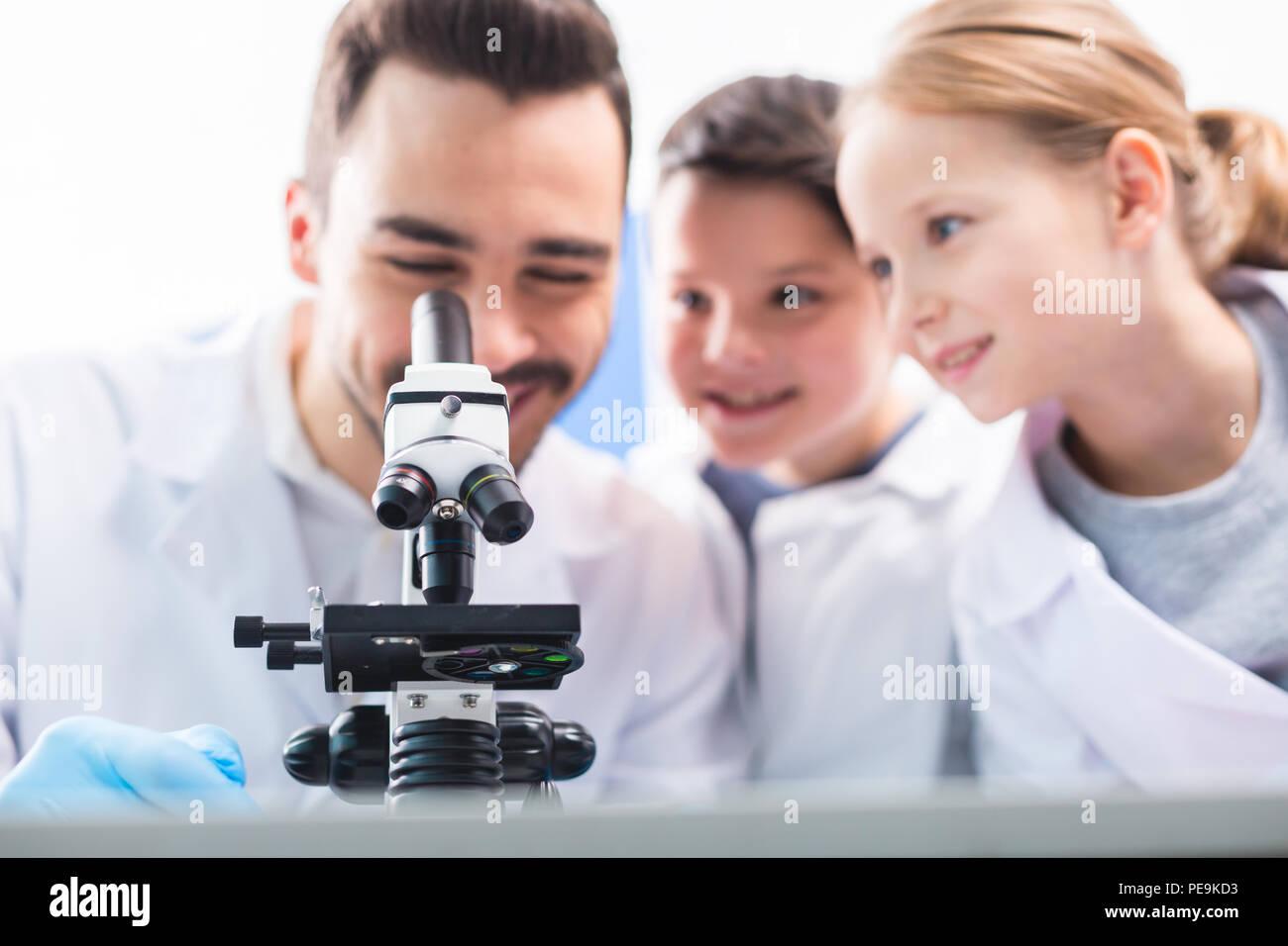 Meine glückwünsche selektiver fokus der professionellen mikroskop
