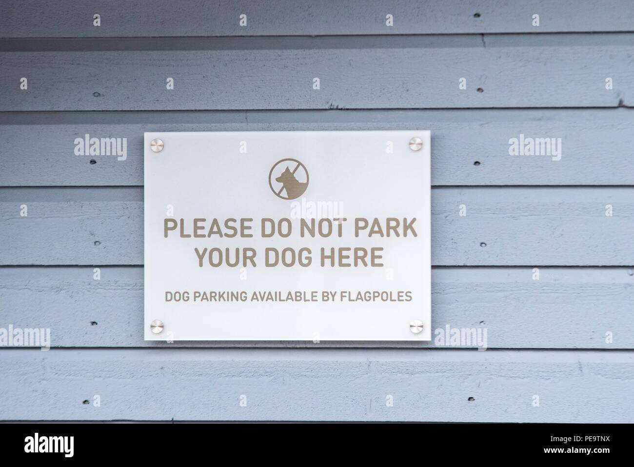 Parken Sie nicht ihre Hunde hier anmelden, auf der Seite der ein Hotel, ein Unterschied im Lebensstil, wo die Hunde sind wesentliche Transport, wenn der Winter Monate Stockbild