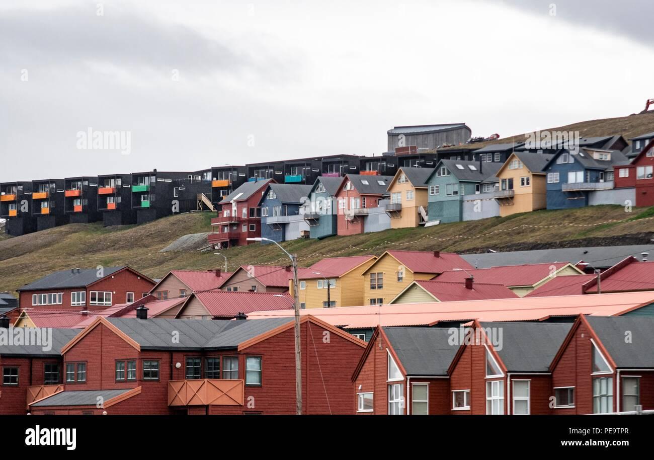 Die bunten Häuser in Longyearbyen im Sommer, wenn die Sonne nie untergeht Stockbild