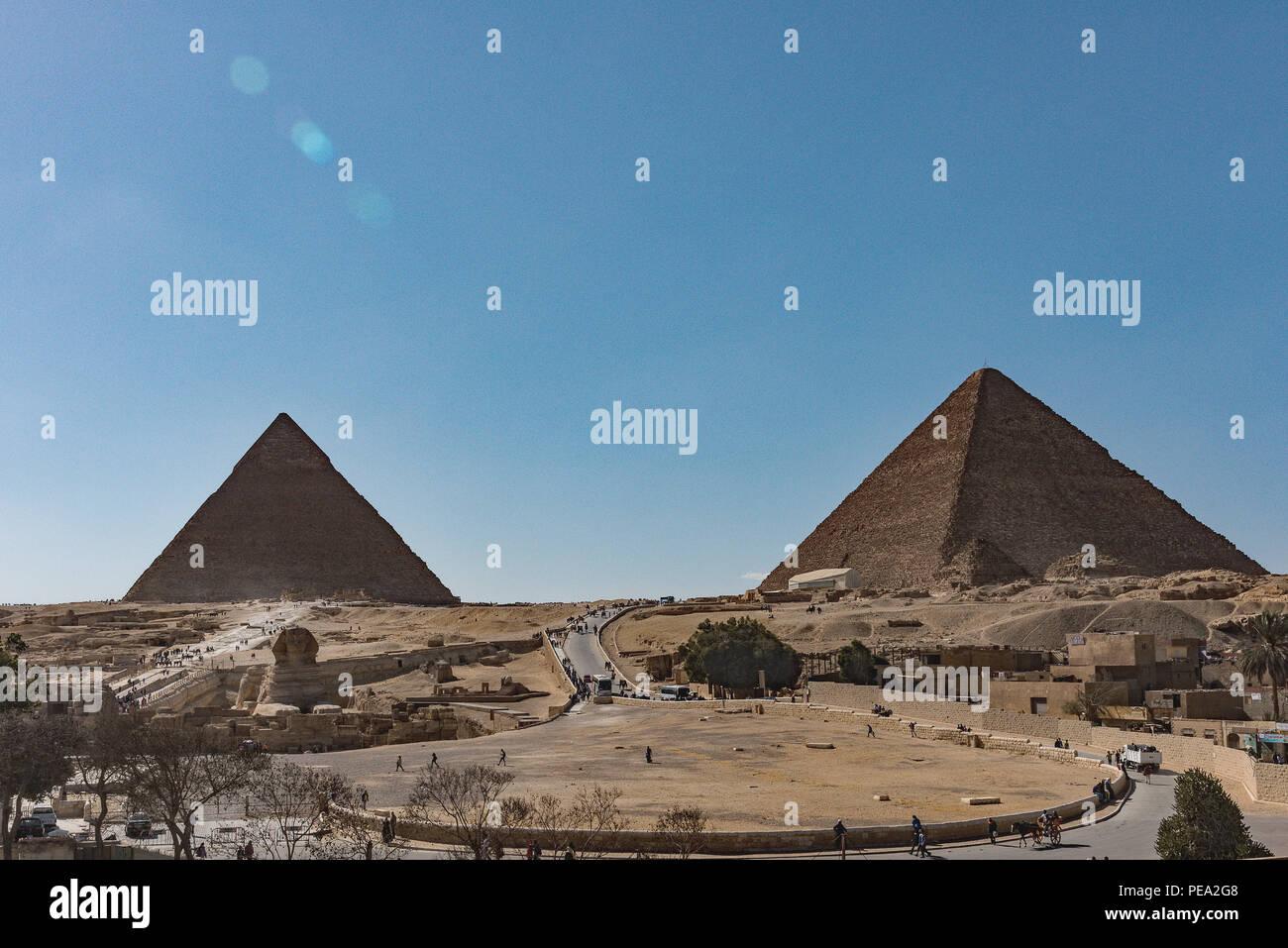 Pyramiden und Sphinx auf dem Plateau von Gizeh, Kairo, Ägypten. Stockbild