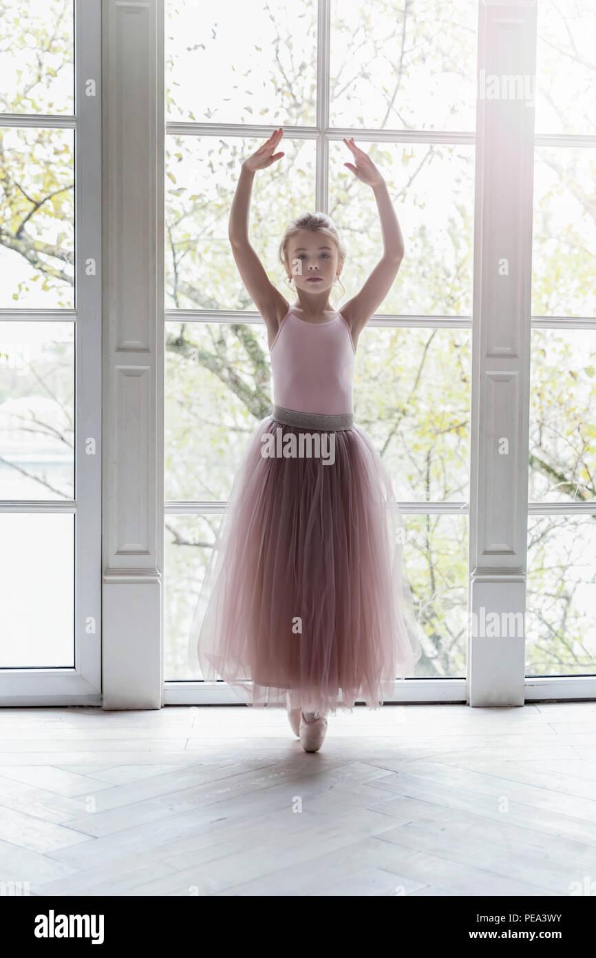 Junge Ballett Tänzerin Mädchen im Tanz Klasse. Schöne