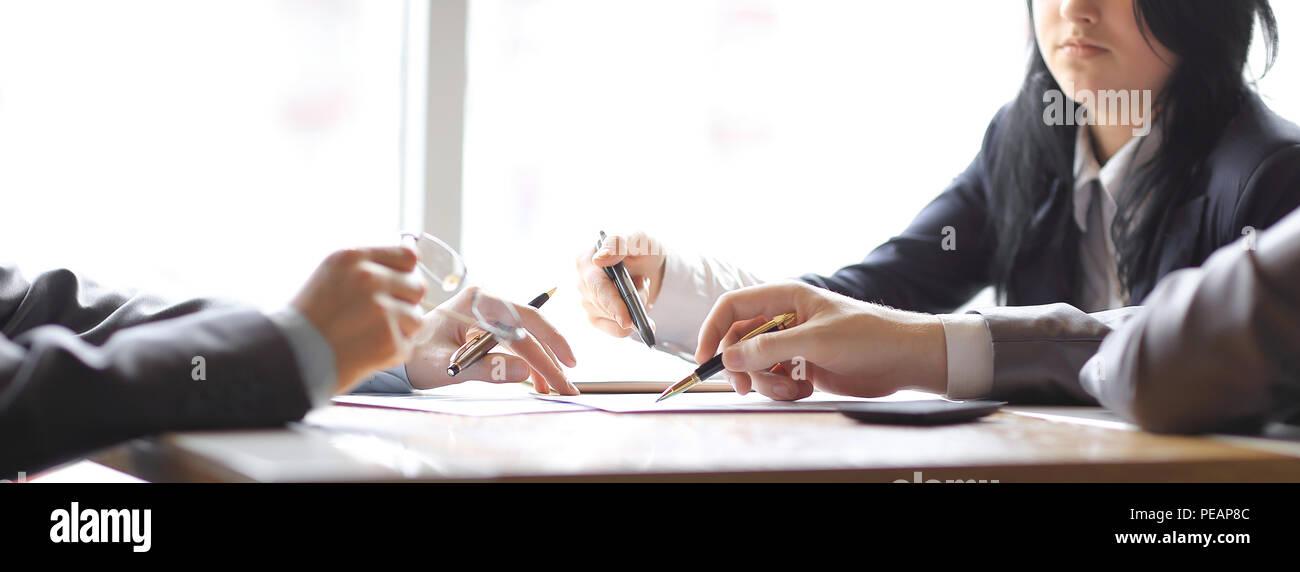 Bis zu schließen. Business Team am Schreibtisch im Büro Stockfoto
