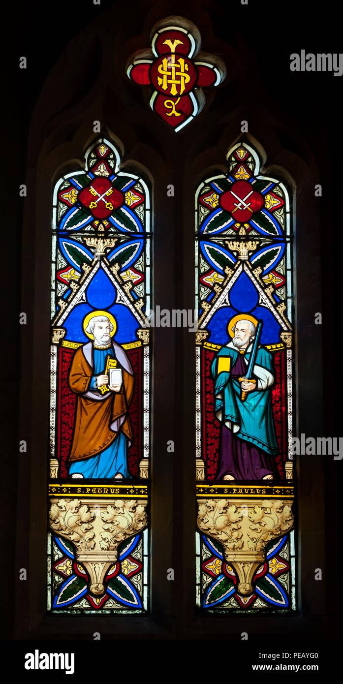 St. Peter und Paul Glasmalerei, Heilig-Kreuz-Kirche, Shipton-on-cherwell, Oxfordshire, England, Großbritannien Stockbild
