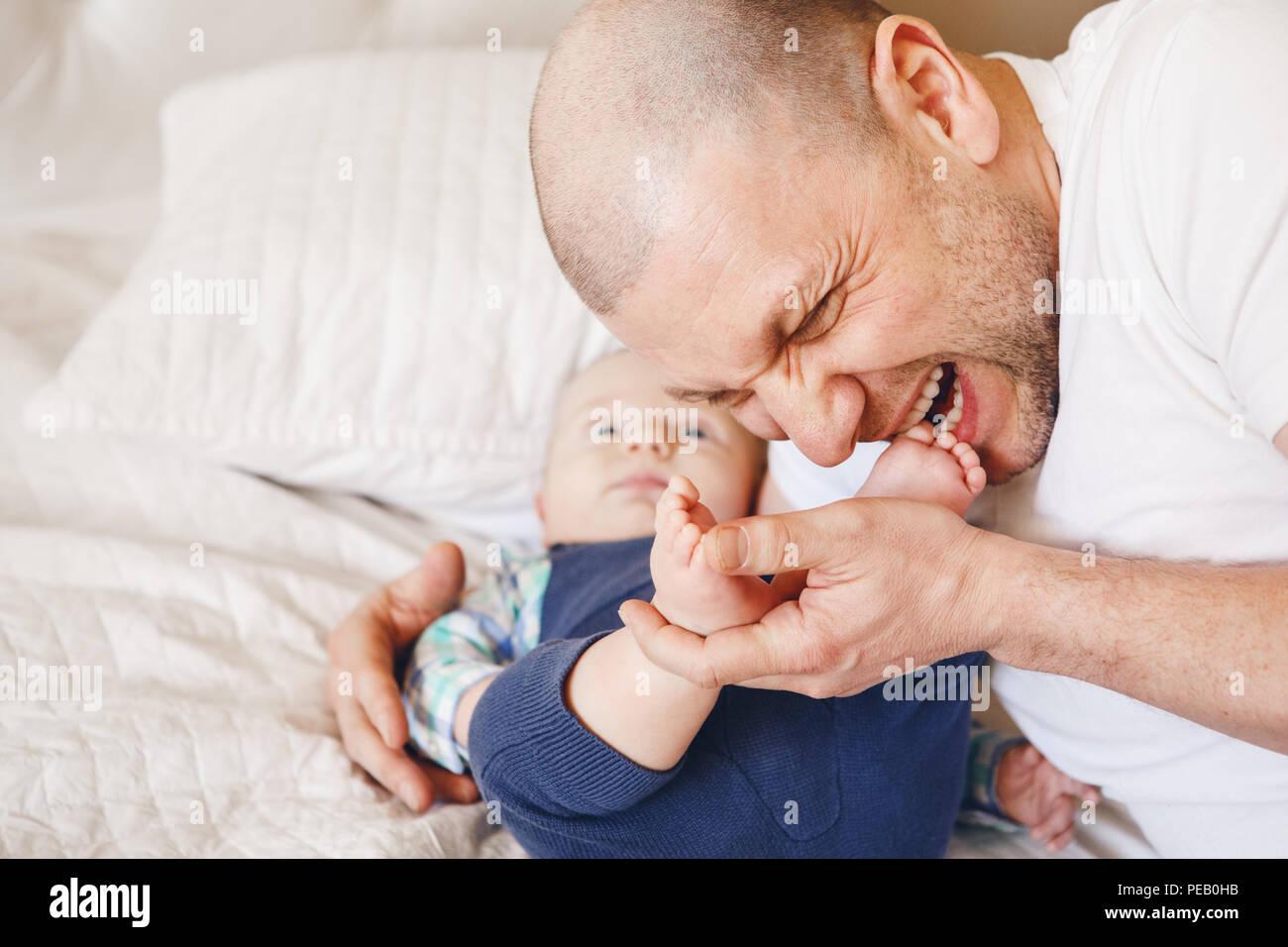 Domo Kussen Baby : Tickle feet stockfotos & tickle feet bilder alamy
