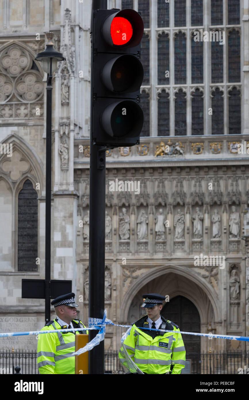 London, Großbritannien, 14. August 2018: Polizei block Queen Victoria Straße, Westminster Abbey, Westminster Erfahrungen die Lockdown mit umfangreichen Absperrungen und die Schließung von vielen Straßen nach dem, was die Polizei anrufen einer terroristischen Vorfall, bei dem ein Auto war in Sicherheit Sperren außerhalb des Parlaments in London stürzte, am 14. August 2018 in London, England. Foto von Richard Baker/Alamy Leben Nachrichten. Stockfoto