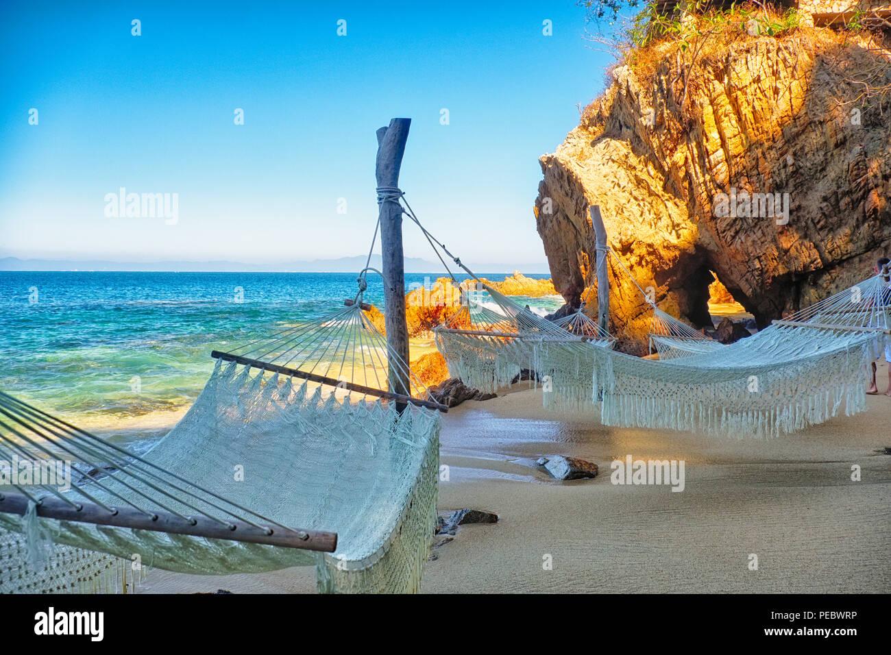Hängematten im Schatten an einem tropischen Strand Hideway, Las Calitas, Jalisco, Mexiko Stockbild