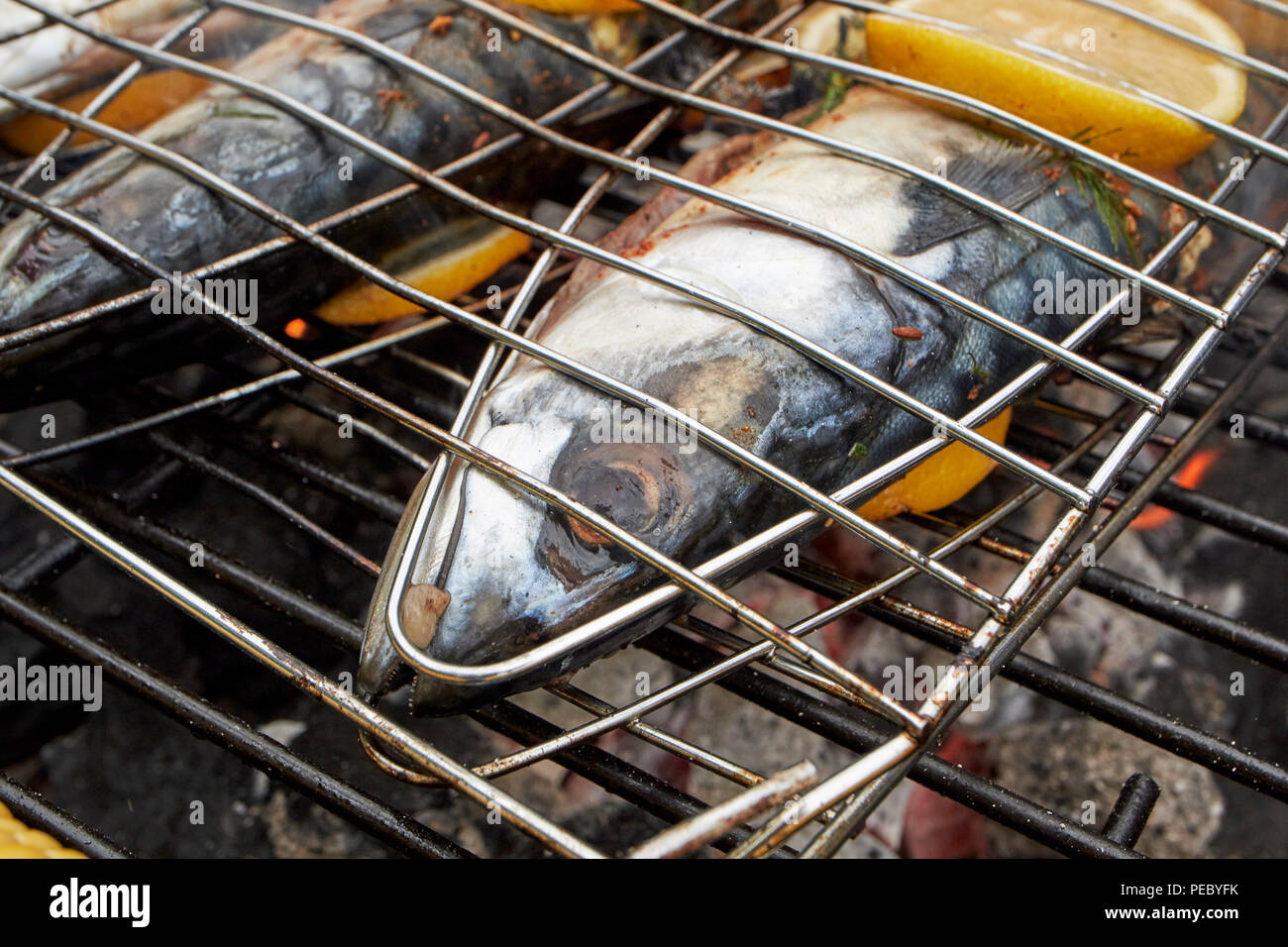 Grillen frische Makrelen mit Zitrone auf dem Grill in Großbritannien Stockbild