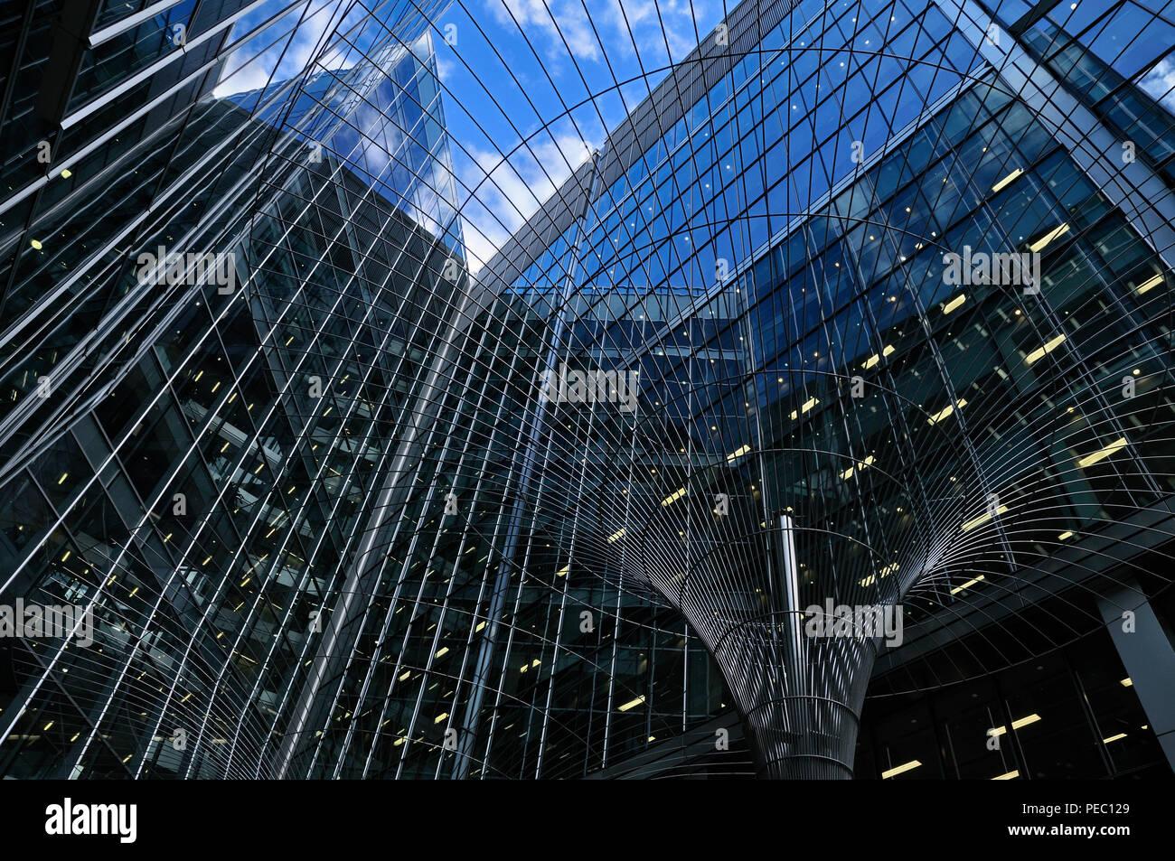 Zeitgenössische architektonische Zusammenfassung von Glas Bürogebäude, London, England, Großbritannien Stockbild