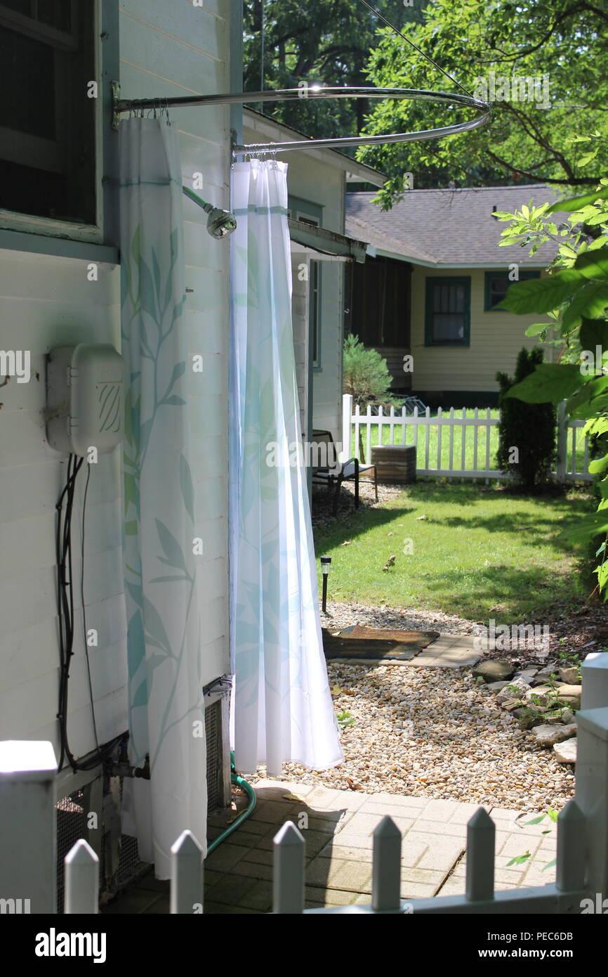 sommer outdoor dusche mit vorhang an der seite eines hauses in der union pier michigan. Black Bedroom Furniture Sets. Home Design Ideas