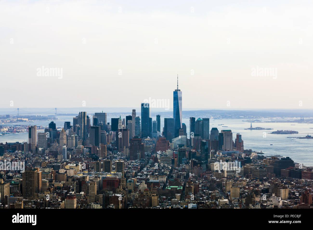 Blick von oben auf das One World Trade Center und Hochhäuser im Bankenviertel, Skyline, Manhattan, New York City, New York Stockbild