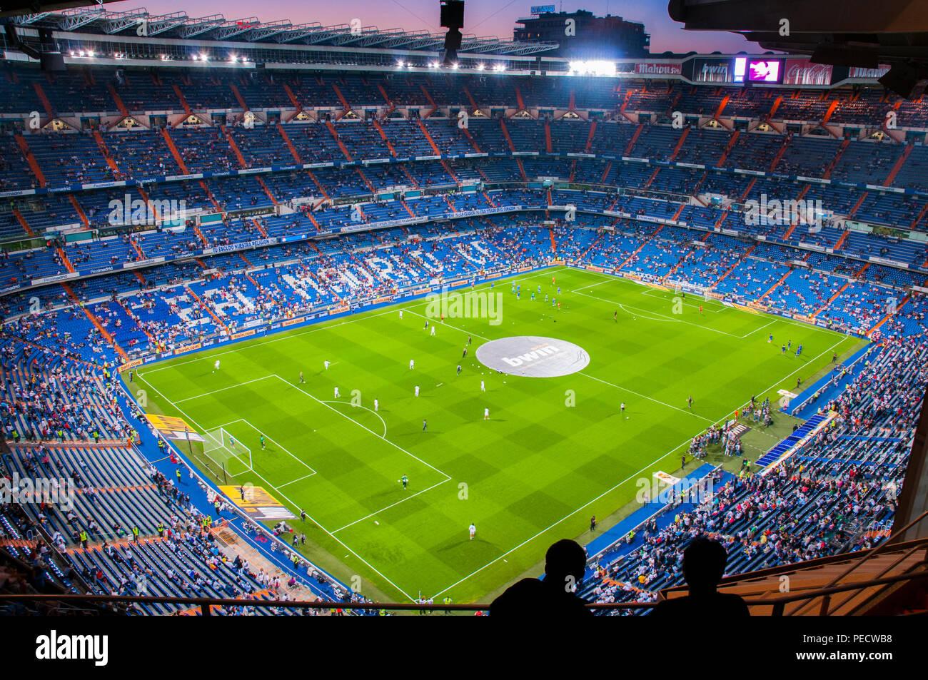 Santiago Bernabeu Stadium Während Eines Fußballspiels Nacht Madrid Spanien Stockfotografie Alamy