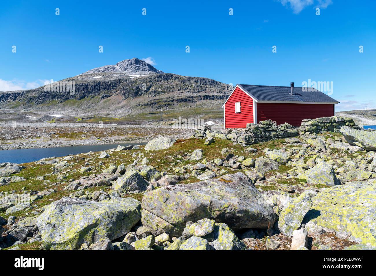 Remote Hütte von der Seite der großen Höhe Fylkesvei Aurlandsfjellet road (243) zwischen Aurland und Laerdalsøyri, Sogn og Fjordane, Norwegen Stockbild