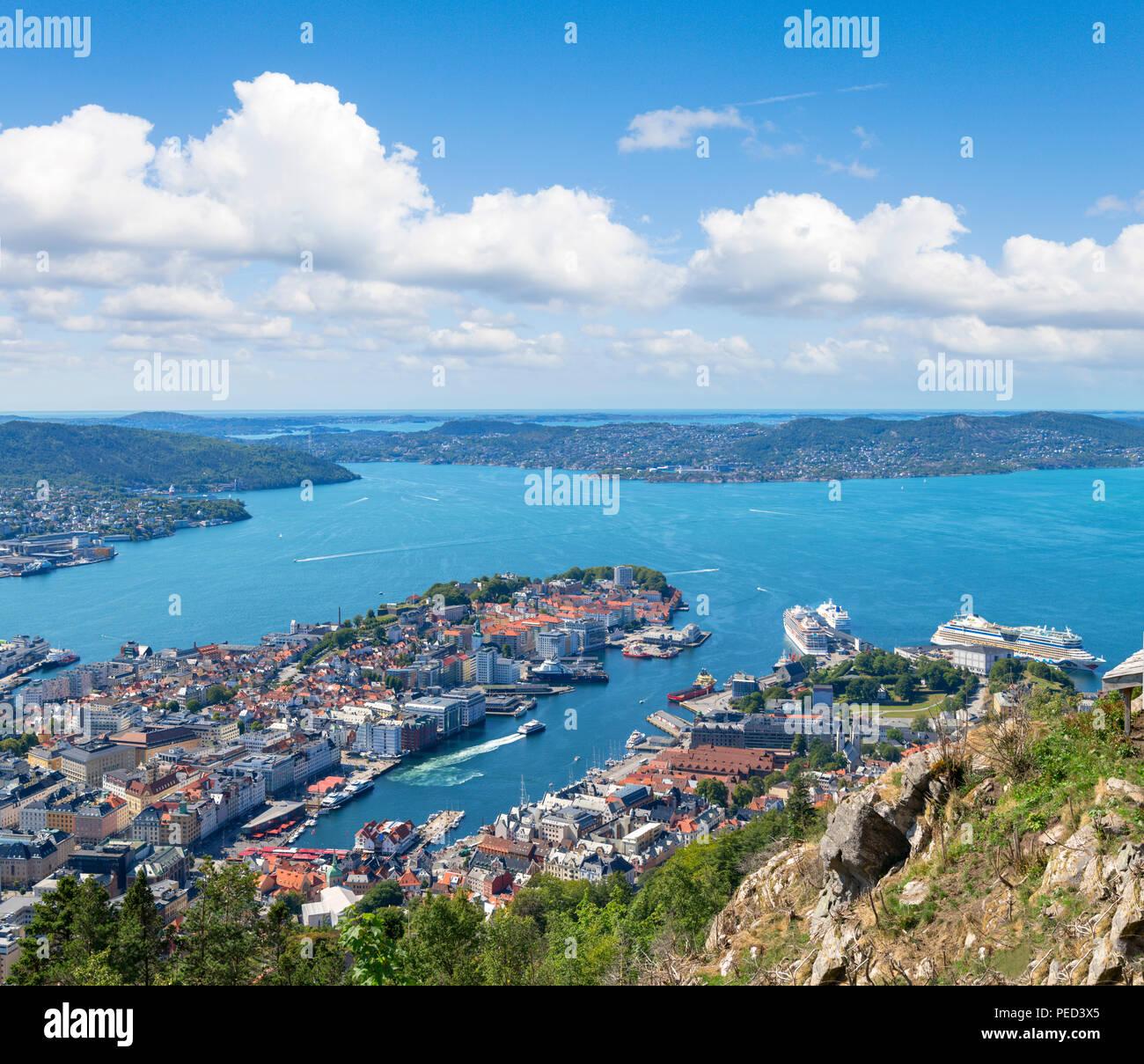 Bergen, Norwegen. Blick über die Stadt aus der Sicht der Fløyfjellet oben auf dem Berg Fløyen, Bergen, Hordaland, Norwegen Stockbild