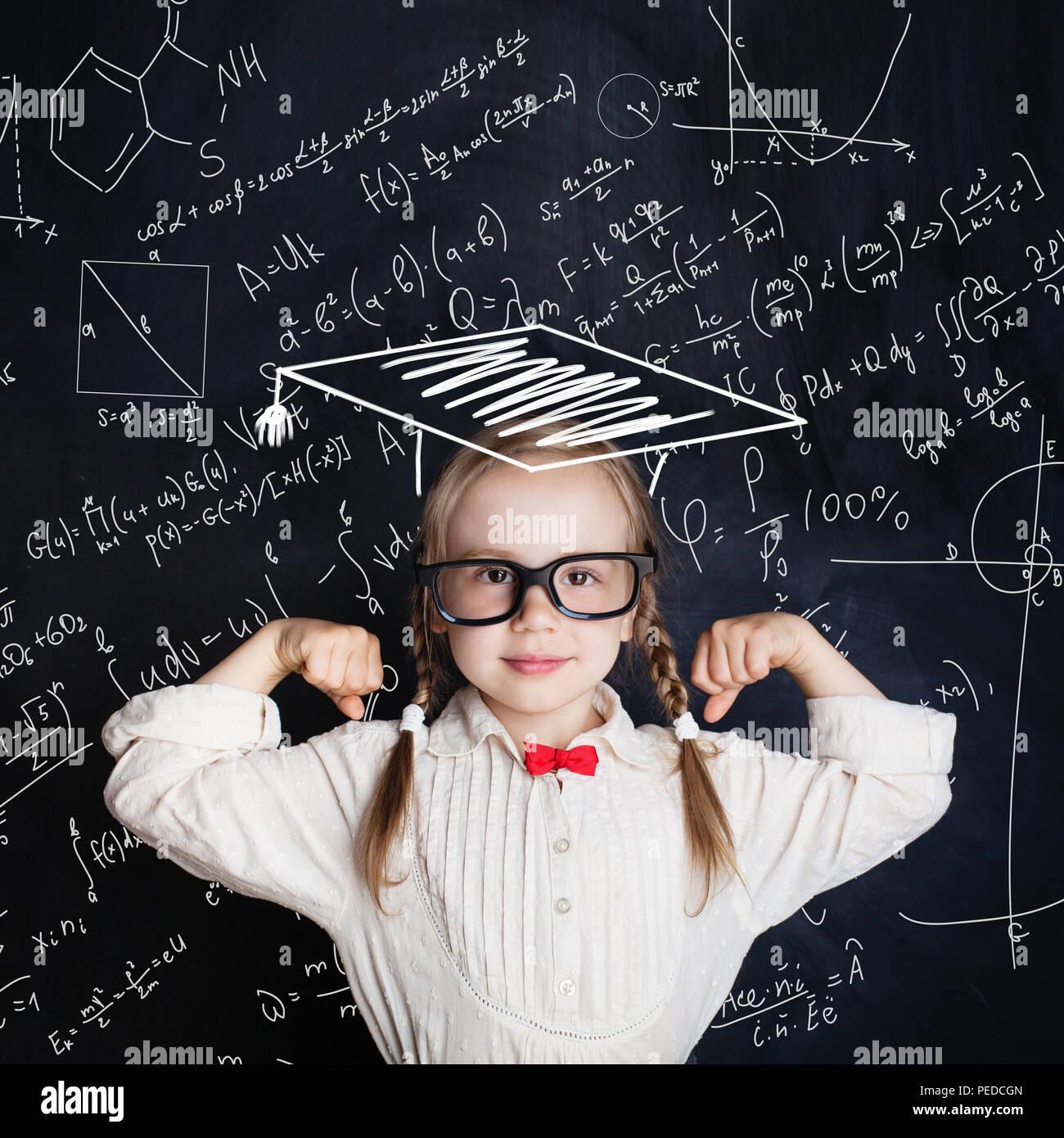 Kleines Genie weibliches Kind an Hand von Zeichnungen mathematische Wissenschaft Formel Muster. Kinder mathematische Bildung Konzept Stockbild