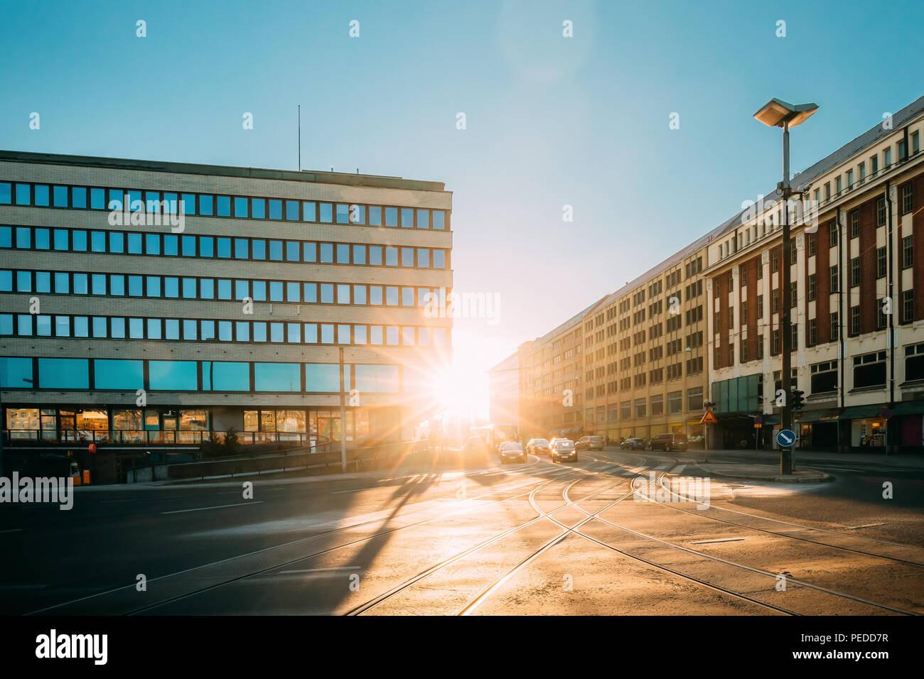 Helsinki, Finnland - 11. Dezember 2016: Blick auf siltasaarenkatu Straße. Fahrende Autos im Sonnenlicht Sonnenuntergang Sonnenaufgang Stockbild