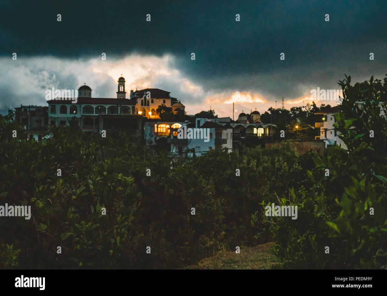 Spili Kreta, Griechenland August 2018: Nacht Blick auf die Kirche von Spili withmountains während des Sonnenuntergangs. Foto in Griechenland. Stockbild