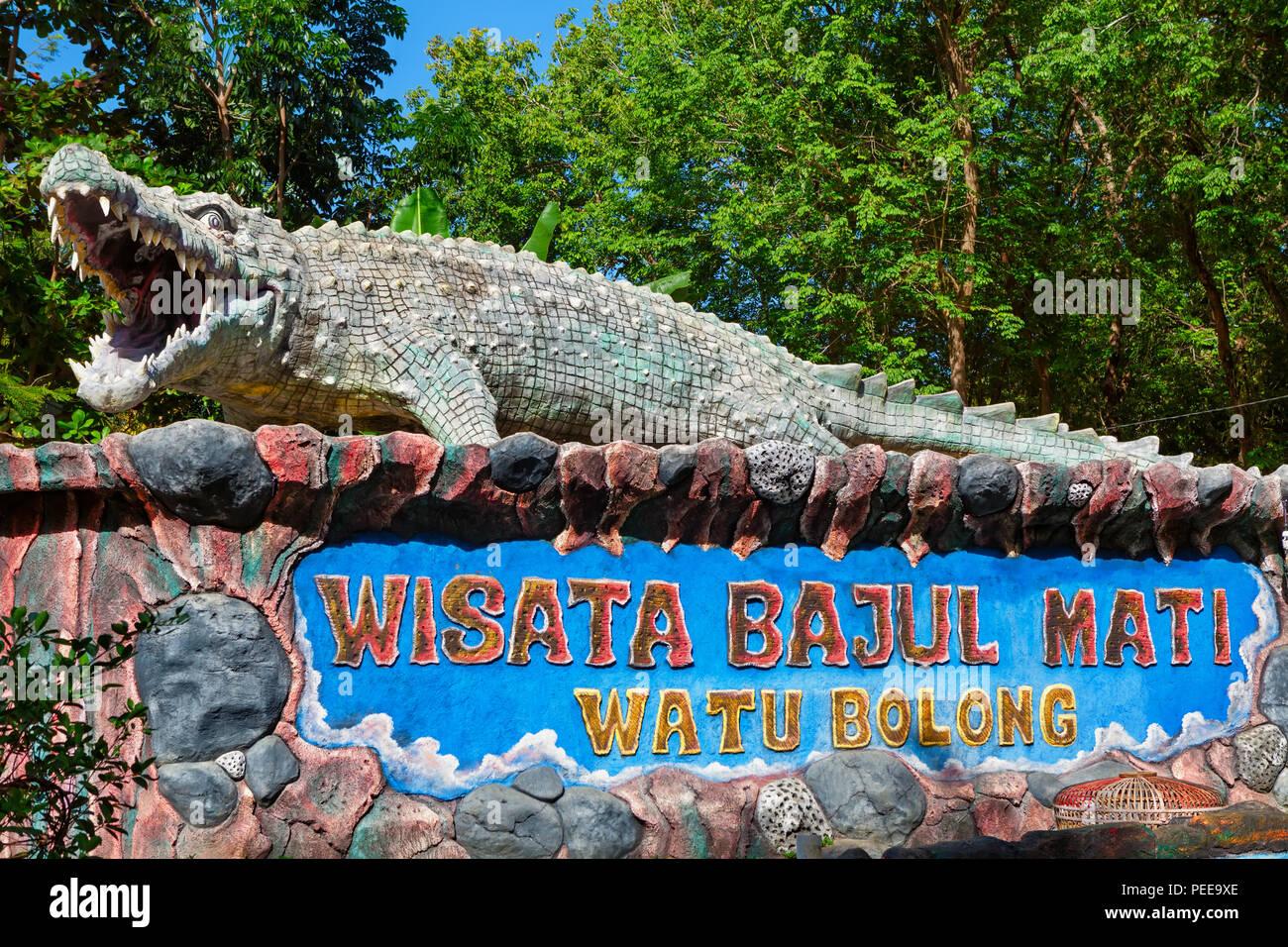 Ost Java, Indonesien - 10. Juli 2018: bajul Mati (totes Krokodil) Meer Strand und Freizeit park Schild beliebter Ort für Familienurlaub zu besuchen Stockbild